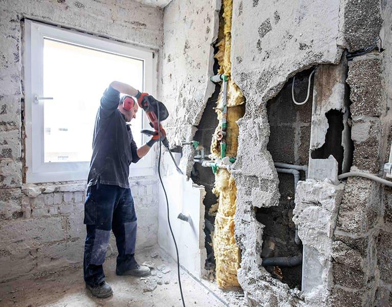 handwerker der schulze und trienenjost gbr beim brechen einer wand klein
